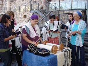 Women-of-the-Wall-Torah-reading